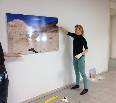 Inrichten expositie met Celine van den Boorn
