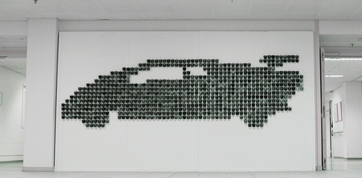 Lamborghini opgebouwd uit veel handgemaakte porseleinen kopjes.
