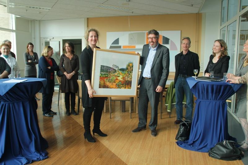 Gert de Bey neemt een werk uit de ING collectie in ontvangst van Patricia Schwalbach