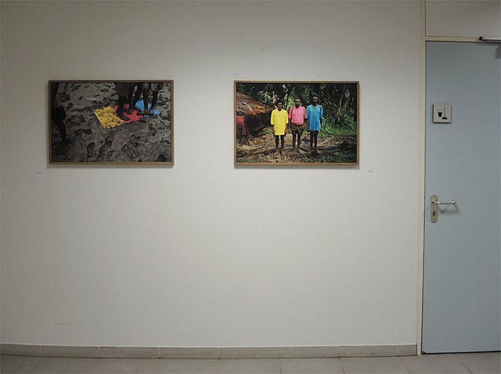 Twee foto's van Roy Villevoye: Primaire drukkleuren in de modder van Papoea- Nieuw-Guinea. Doet het gaat naast de schoonmaakkast in Rijnstate.