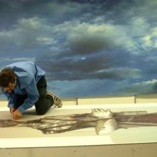 Matthew Monahan snijdt een print van the Hermit uit voor de expositie in Rijnstate
